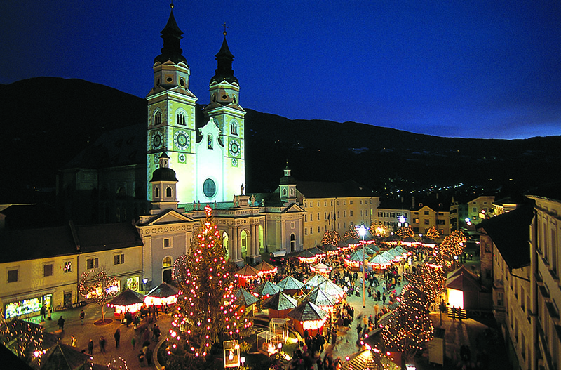 The focus of the Christmas market of Bressanone/Brixen is the backdrop of the flood-lit Baroque Dome.